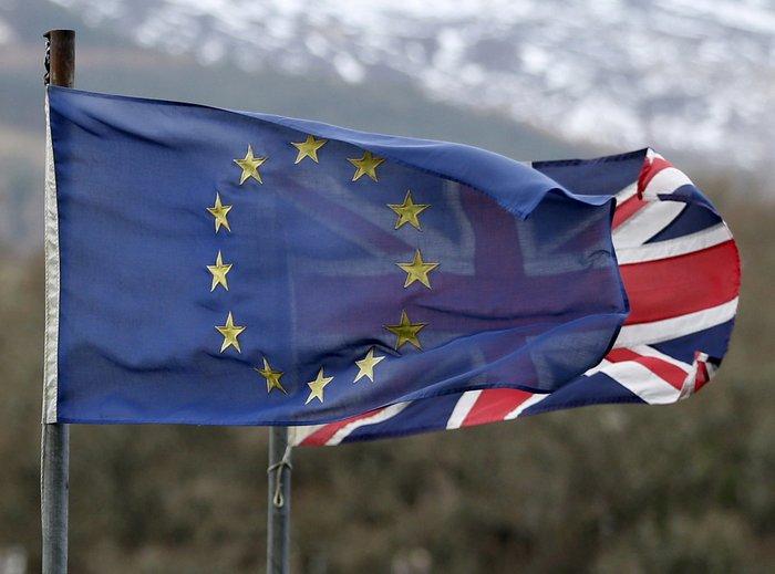 Σύμφωνα με άλλο σενάριο, οι ισχυρές οικονομικές αναταράξεις ενδέχεται να στρώσουν το δρόμο για έναν εκτροχιασμό της πορείας προς το Brexit