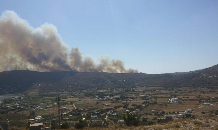 Σε εξέλιξη φωτιά στην Άνδρο, στην περιοχή του Φελλού-Δείτε φωτο - εικόνα 2