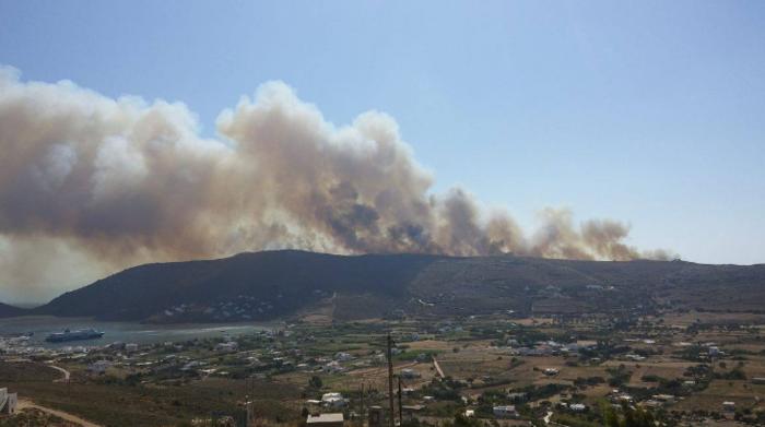 Σε εξέλιξη φωτιά στην Άνδρο, στην περιοχή του Φελλού-Δείτε φωτο - εικόνα 3