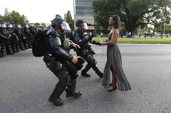 Η Leshia Evans μπροστά στους πάνοπλους αστυνομικούς