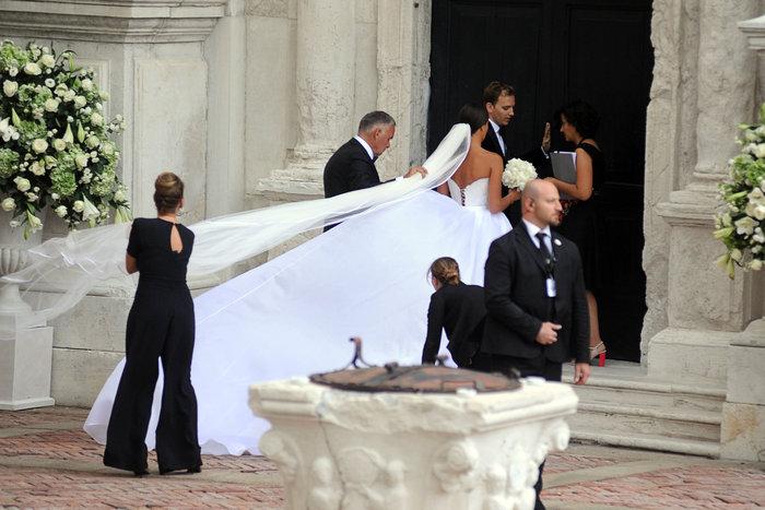 «Πριγκίπισσα» η Ιβάνοβιτς στον θρησκευτικό της γάμο στη Βενετία - εικόνα 3