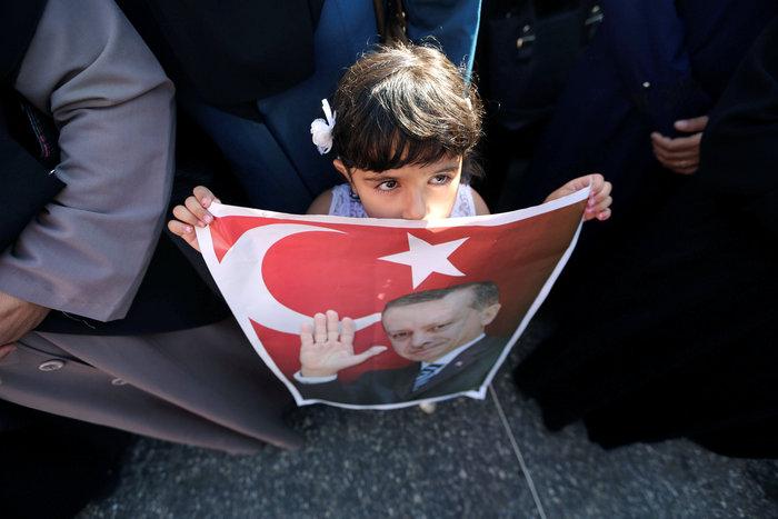 Ένα μικρό κορίτσι κρατά ένα μια αφίσα με τον Ταγίπ Ερντογάν