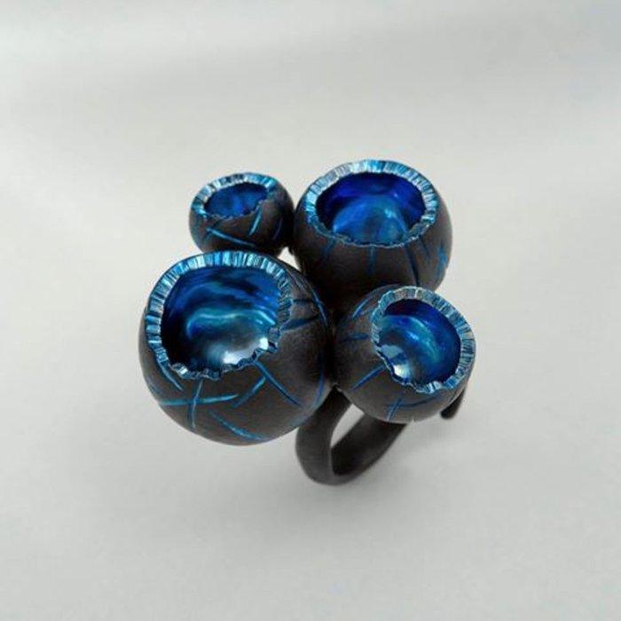 Δαχτυλίδι Blue Lava, Βασίλης Βασιλείου