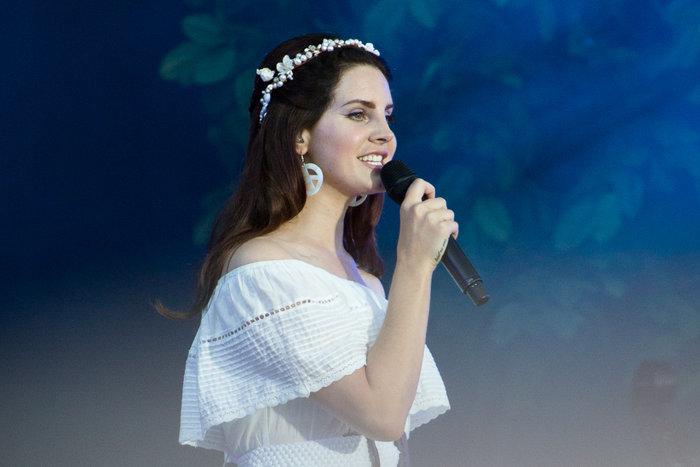 9b450c944fbf Η σταρ του «Born To Die» φόρεσε ένα εκπληκτικό λευκό φόρεμα και ένα στεφάνι  στα μαλλιά της.
