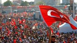 Συγκέντρωση στην πλατεία Ταξίμ: «Ούτε πραξικόπημα, ούτε δικτατορία»