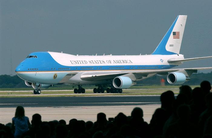 Από το 1981, όταν εξελέγη πρόεδρος των ΗΠΑ ο Ροναλντ Ρέιγκαν, τα Boeing 747 καθιερώθηκαν ως προεδρικά αεροσκάφη.