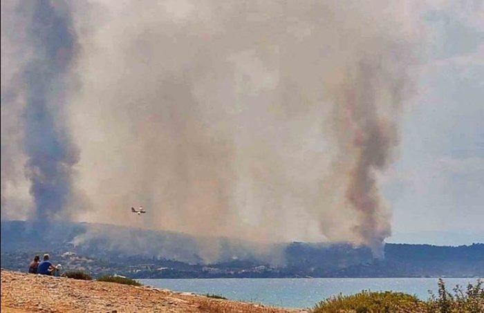 Μαίνεται η μεγάλη πυρκαγιά ανάμεσα σε Κρανίδι και Πόρτο Χέλι