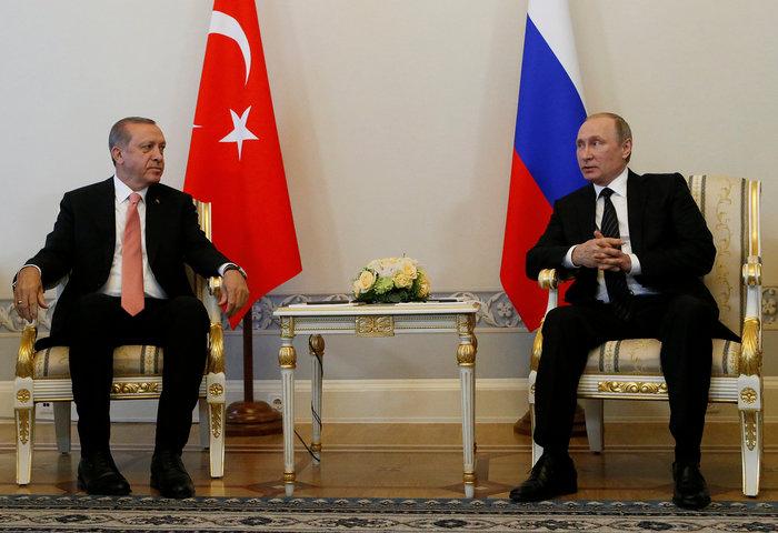 Βλαντιμίρ Πούτιν και Ταγίπ Ερντογάν κατά τη διάρκεια της συνάντησής τους στην Αγία Πετρούπολη