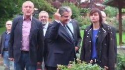 Ο Γερμανός αντικαγκελάριος δείχνει το μεσαίο δάχτυλο σε νεοναζί