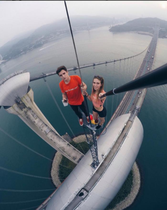 Η γυναίκα που βγάζει τις πιό επικίνδυνες selfies στον κόσμο