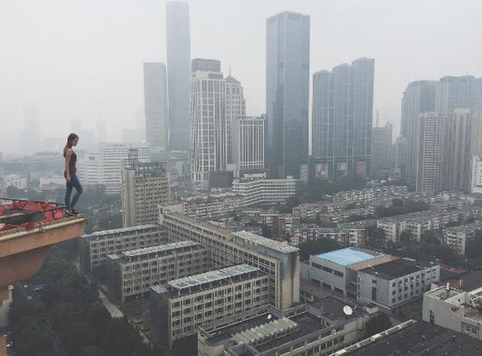 Η γυναίκα που βγάζει τις πιό επικίνδυνες selfies στον κόσμο - εικόνα 6