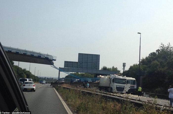 Κατέρρευσε γέφυρα σε αυτοκινητόδρομο της Βρετανίας