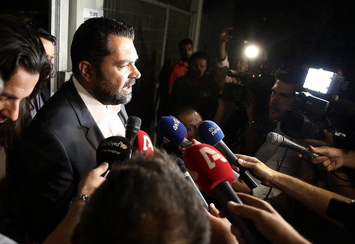 Ο γενικός γραμματέας Ενημέρωσης και Επικοινωνίας, Λευτέρης Κρέτσος (Κ) ενημερώνει τα ΜΜΕ για τα αποτελέσματα της δημοπρασίας για τις τέσσερεις τηλεοπτικέςν άδειες, έξω από το κτίριο της ΓΓΕΕ