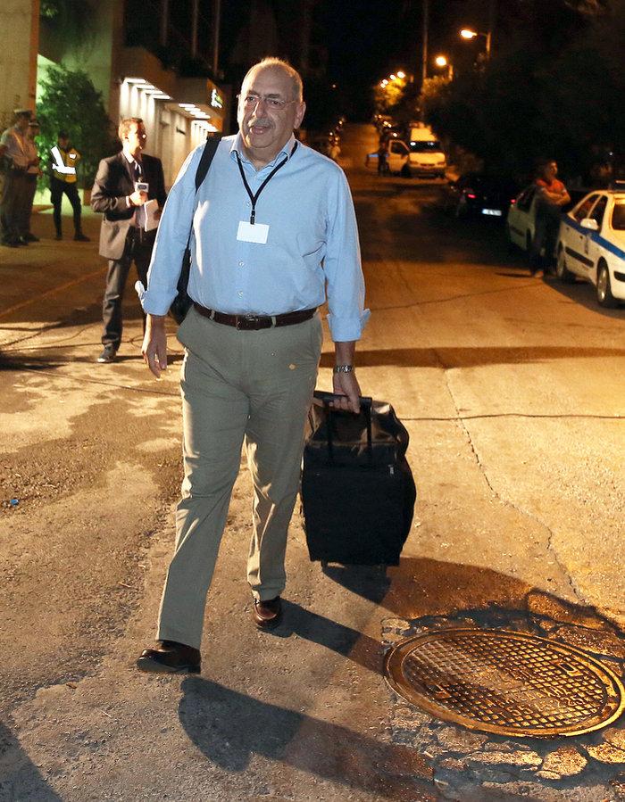 Ο Κάρολος Αλκαλάι, στέλεχος του Star, εξέρχεται από το κτίριο της ΓΓΕΕ
