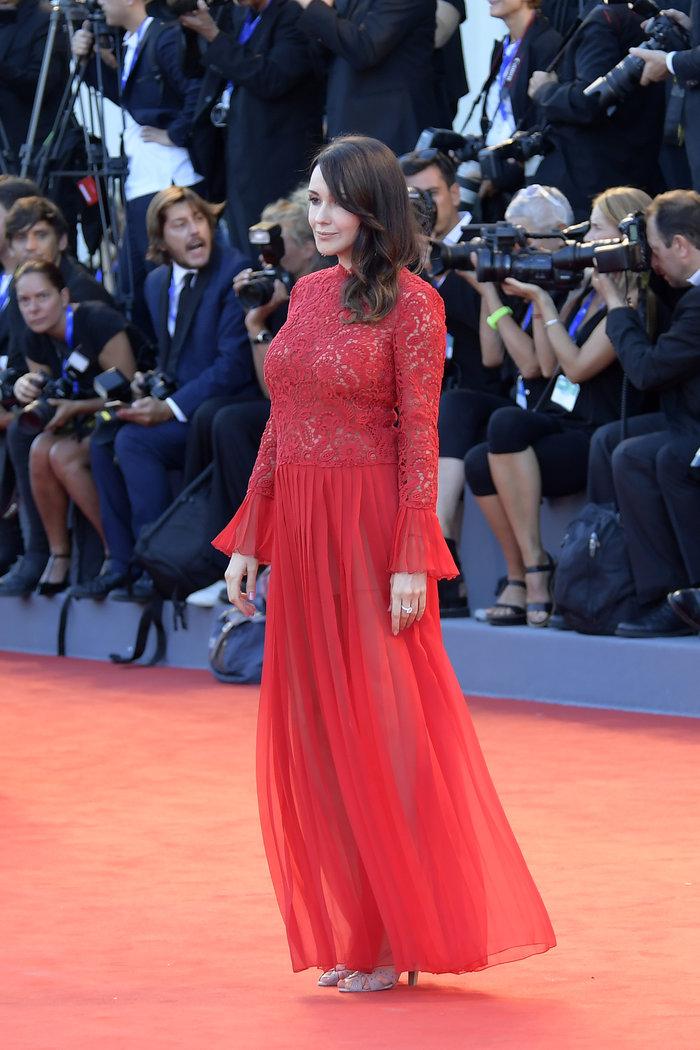 Oι εκθαμβωτικές εμφανίσεις των σταρ στο κόκκινο χαλί του Φεστιβάλ Βενετίας - εικόνα 32