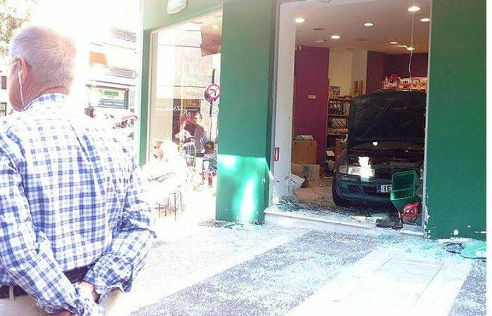 Πήγε να ξεπαρκάρει και...πάρκαρε μέσα σε μαγαζί τραυματίζοντας την πωλήτρια