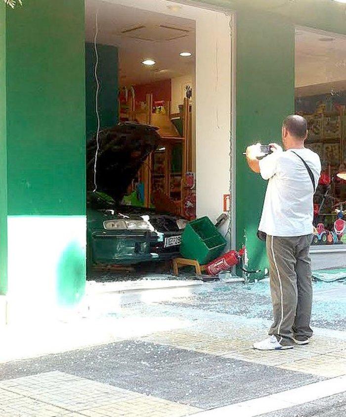 Πήγε να ξεπαρκάρει και...πάρκαρε μέσα σε μαγαζί τραυματίζοντας την πωλήτρια - εικόνα 2