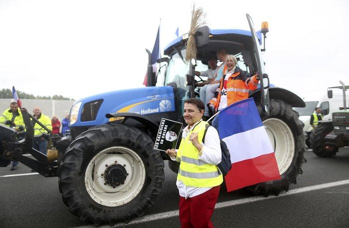Γάλλοι αγρότες με τρακτέρ ζητούν να κλείσει το Καλαί-Δείτε φωτογραφίες