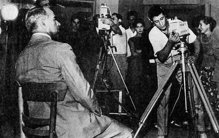 Ο Κωνσταντίνος Καραμανλής μπροστά στον τηλεοπτικό σταθμό της ΔΕΘ