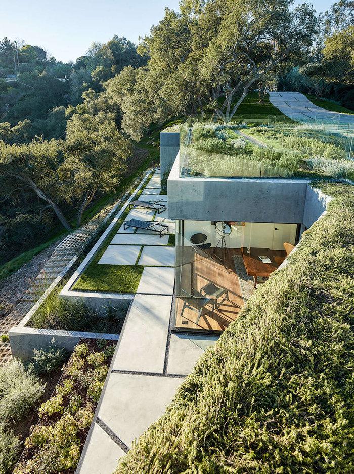 Ένα πανέμορφο γυάλινο σπίτι σε ένα δάσος με βελανιδιές - εικόνα 2