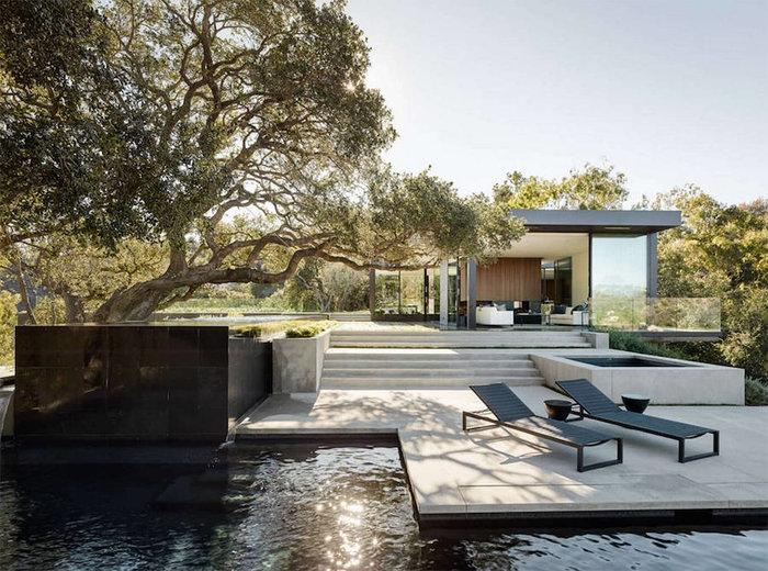 Ένα πανέμορφο γυάλινο σπίτι σε ένα δάσος με βελανιδιές - εικόνα 3
