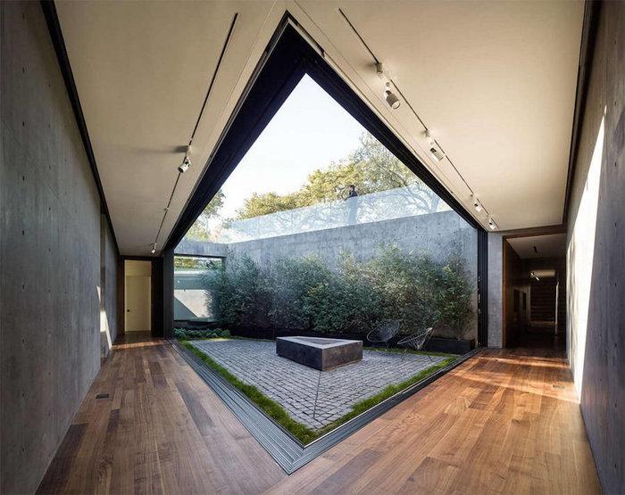 Ένα πανέμορφο γυάλινο σπίτι σε ένα δάσος με βελανιδιές - εικόνα 7