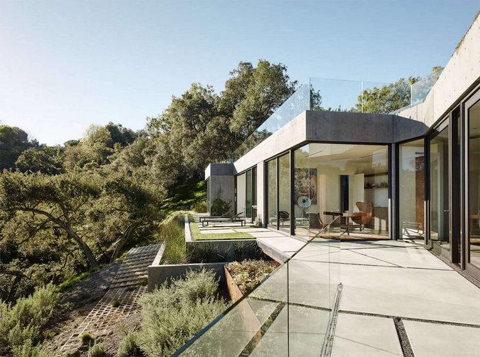 Ένα πανέμορφο γυάλινο σπίτι σε ένα δάσος με βελανιδιές - εικόνα 9