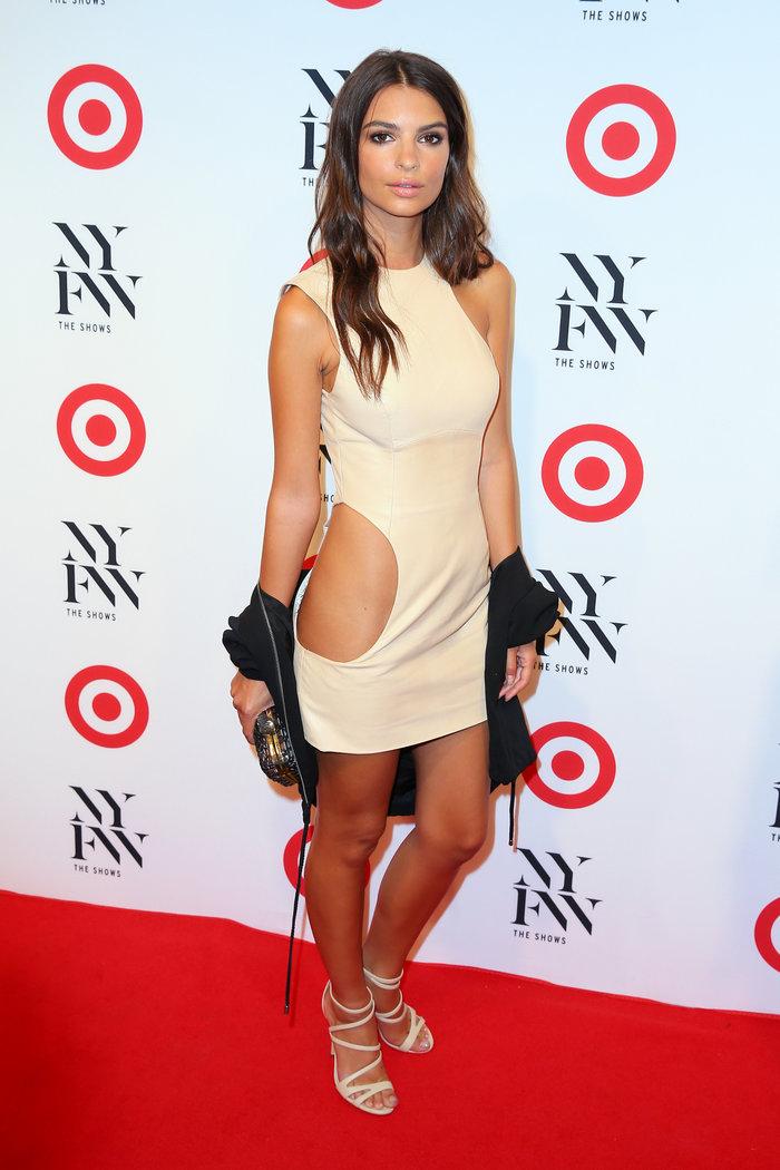 Η Εμιλυ Ραταϊκόφσκι με προκλητικό nude φόρεμα με μια
