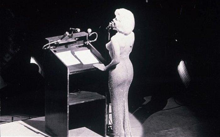 Στο σφυρί τo σέξι φόρεμα που φόρεσε η Μονρόε για τον Προέδρο Τζον Κένεντι - εικόνα 3