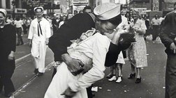 Εφυγε η νοσοκόμα του περίφημη φιλιού σε Times Square αλλά όχι οι αμφιβολίες