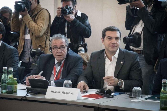 Ο Αλέξης Τσίπρας με τον αν. υπουργό Μετανάστευσης Γιάννη Μουζάλα.