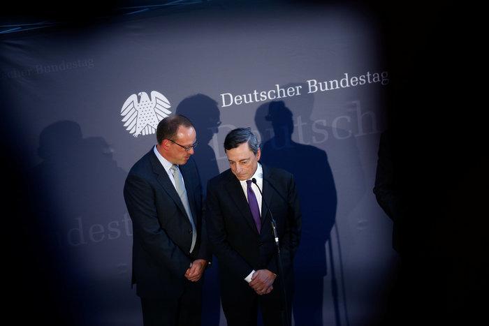 Ο κεντρικός τραπεζίτης της ευρωζώνης Μάριο Ντράγκι κατά τη διάρκεια της επίσκεψής του στο γερμανικό Κοινοβούλιο