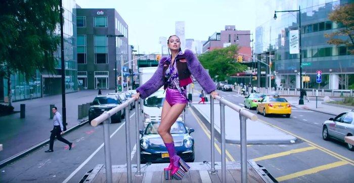 Από τη Ναόμι στην Ιρίνα Σάικ: Η Vogue τολμά να ξαναγυρίσει το «Freedom» - εικόνα 3