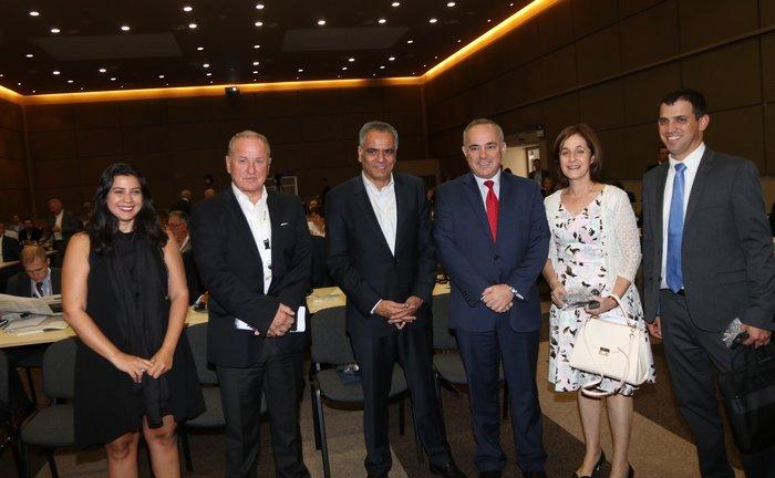 Στο κέντρο οι Υπουργοί Ενέργειας Ελλάδας και Ισραήλ κ.κ. Πάνος Σκουρλέτης και Γιουβάλ Στάινιτς. Δεξιά και αριστερά τους, η πρέσβης του Κράτους του Ισραήλ στην Αθήνα κα Ιρίτ Μπεν-Άμπα και ο Δ.Σ της ΕΛΛΗΝΙΚΑ ΠΕΤΡΕΛΑΙΑ Α.Ε. Γρηγόρης Στεργιούλης. Στα άκρα, συνεργάτες της πρεσβείας του Ισραήλ.