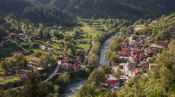 Δείτε το μοναδικό ελληνικό χωριό που χωρίζει στη μέση ποτάμι.Υπέροχες φωτό