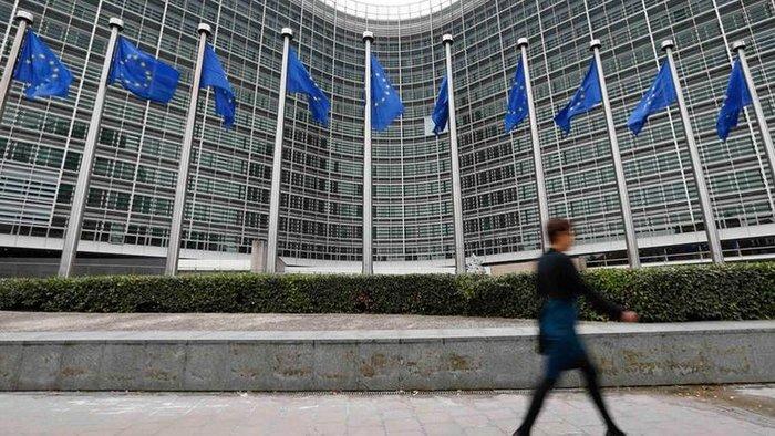 Από τις Βρυξέλλες, ο εκπρόσωπος της Ευρωπαϊκής Επιτροπής Μαργαρίτης Σχοινάς, σημείωνε με έμφαση ότι η διαδικασία αδειοδότησης των τηλεοπτικών καναλιών είναι εθνική αρμοδιότητα, αν και υπάρχει κλίμα παραπομπής της Ελλάδας στο Ευρωπαϊκό Δικαστήριο
