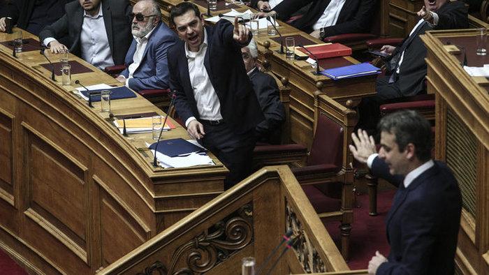 Αλέξης Τσίπρας και Κυριάκος Μητσοτάκης κατά τη διάρκεια παλαιότερης συνεδρίασης της Ολομέλειας της Βουλής