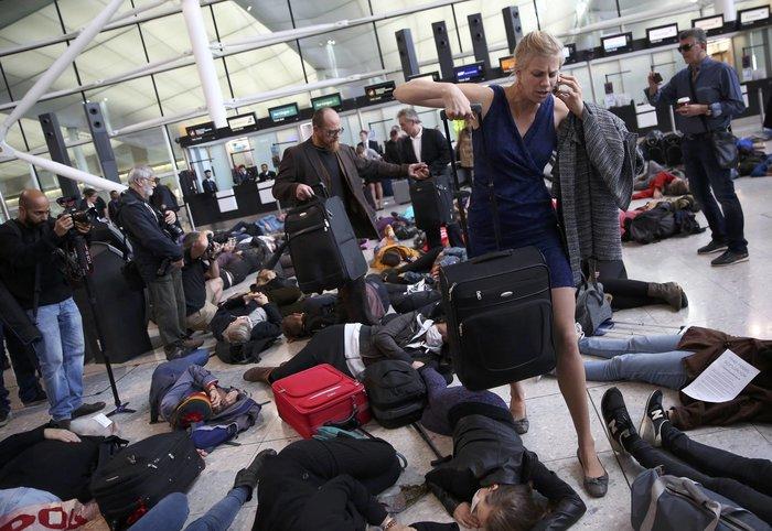 Διαδηλωτές έκαναν τους νεκρούς στο αεροδρόμιο Χίθροου