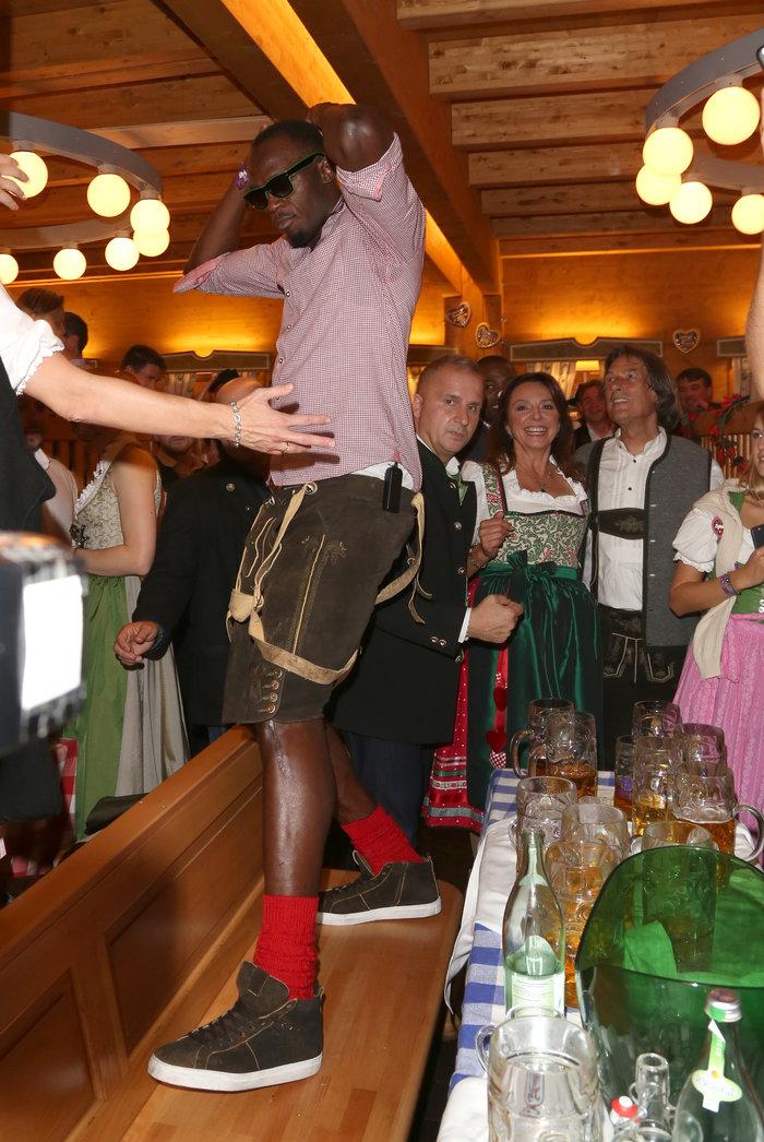 Ο Μπολτ τα δίνει όλα στο Oktoberfest.Φλερτ και χορός μέχρι τελικής πτώσης - εικόνα 5
