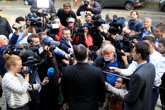Ο Β. Όρμπαν σε δηλώσεις του έξω από το εκλογικό κέντρο στο οποίο ψήφισε