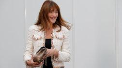 Ελαμψε στην πασαρέλα του οίκου Chanel η Κάρλα Μπρούνι