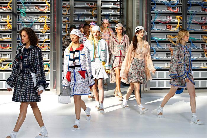 Ελαμψε στην πασαρέλα του οίκου Chanel η Κάρλα Μπρούνι - εικόνα 7