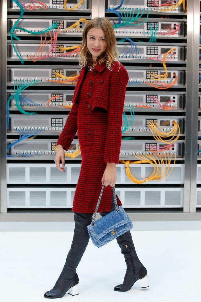 Ελαμψε στην πασαρέλα του οίκου Chanel η Κάρλα Μπρούνι - εικόνα 8