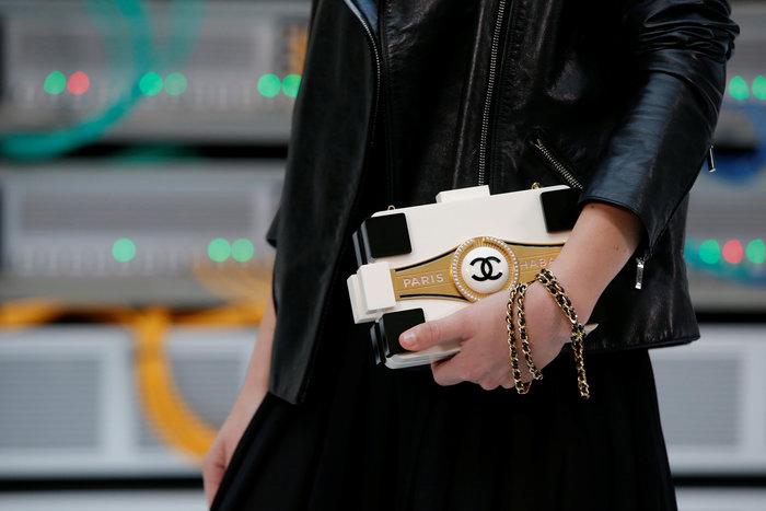 Ελαμψε στην πασαρέλα του οίκου Chanel η Κάρλα Μπρούνι - εικόνα 10