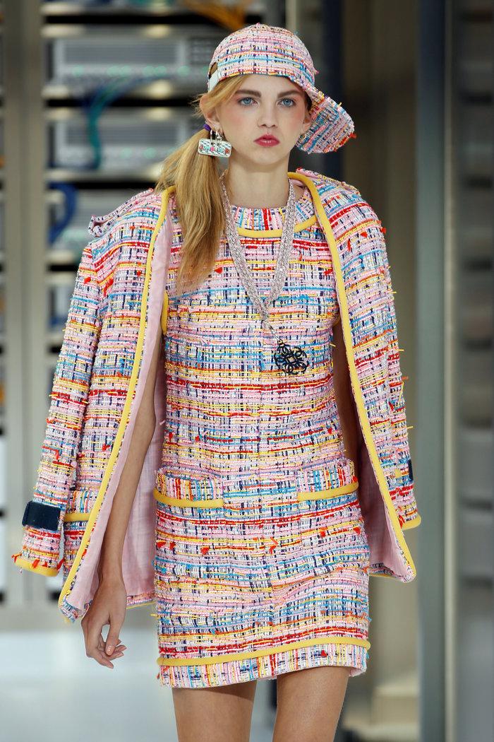 Ελαμψε στην πασαρέλα του οίκου Chanel η Κάρλα Μπρούνι - εικόνα 12