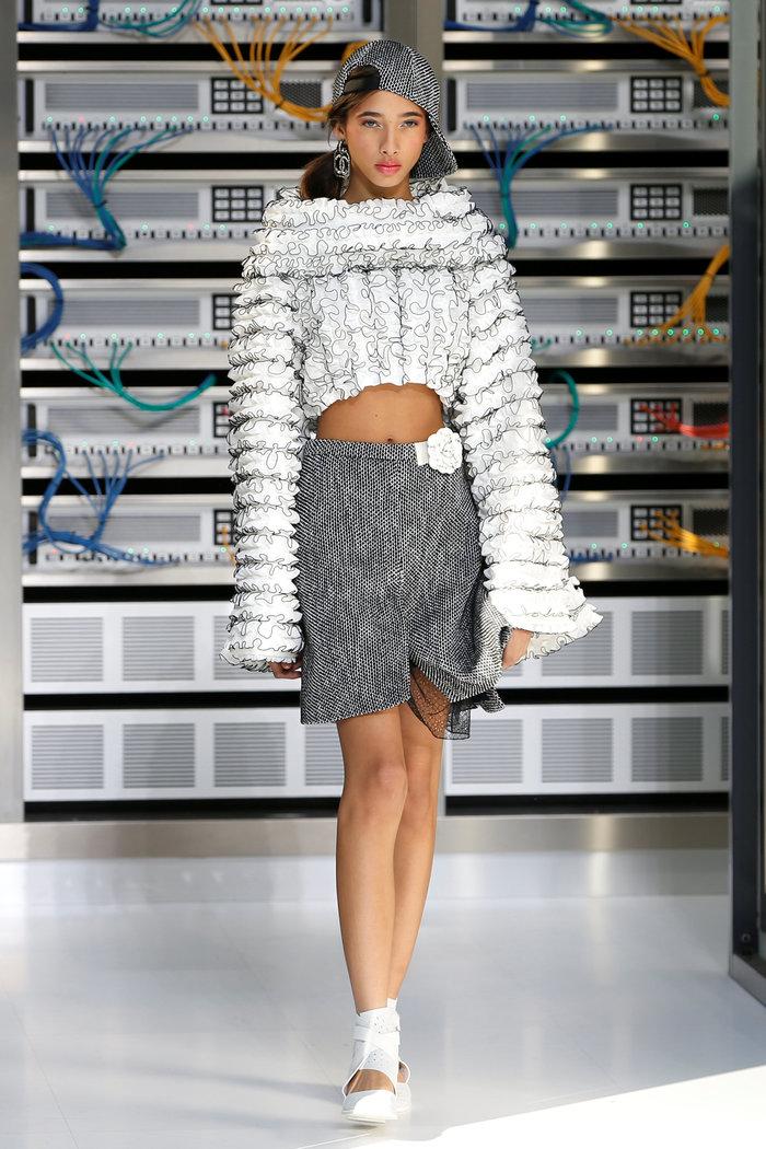 Ελαμψε στην πασαρέλα του οίκου Chanel η Κάρλα Μπρούνι - εικόνα 13