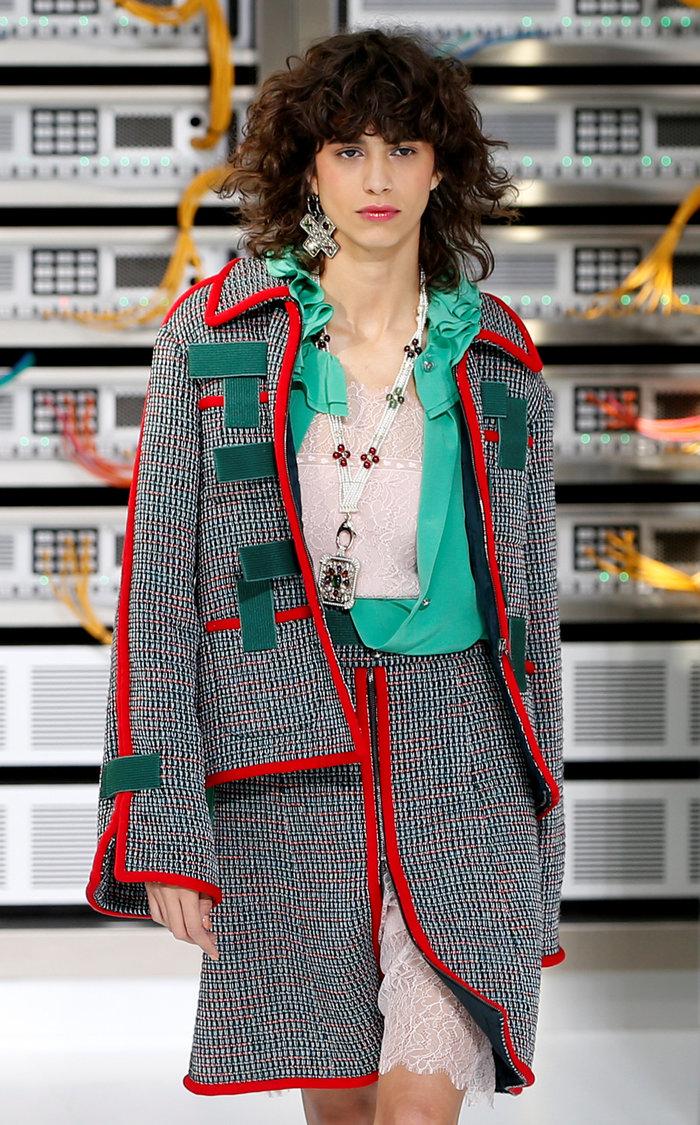 Ελαμψε στην πασαρέλα του οίκου Chanel η Κάρλα Μπρούνι - εικόνα 14