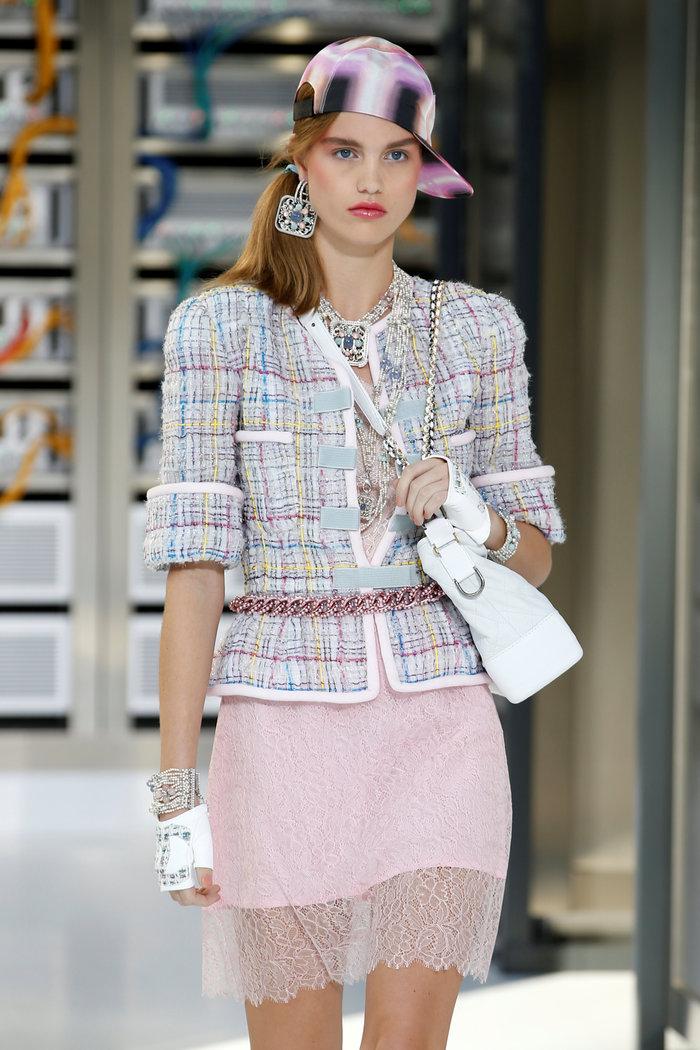 Ελαμψε στην πασαρέλα του οίκου Chanel η Κάρλα Μπρούνι - εικόνα 15