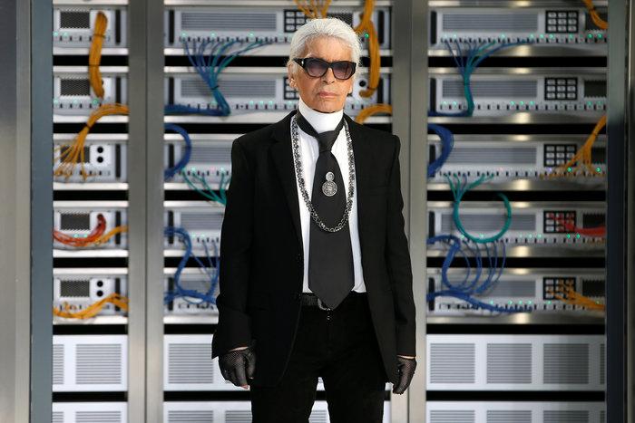 Ελαμψε στην πασαρέλα του οίκου Chanel η Κάρλα Μπρούνι - εικόνα 16