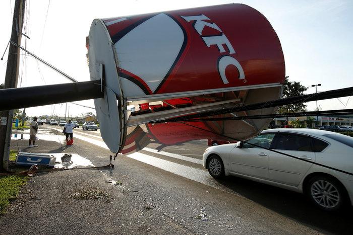 Εξασθενημένος συνεχίζει την προέλαση ο τυφώνας Μάθιου στις ανατολικές ΗΠΑ - εικόνα 2